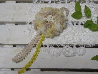 プリプリ毛糸のふんわりコサージュ(イエローベージュ)の画像
