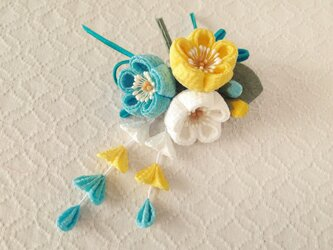 〈つまみ細工〉藤下がり付き梅三輪とベルベットリボンの髪飾り(白とレモンと空色)の画像