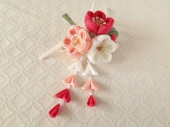 〈つまみ細工〉藤下がり付き梅三輪とベルベットリボンの髪飾り(白とサンゴとサーモンピンク)の画像