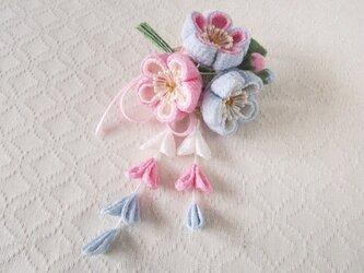 〈つまみ細工〉藤下がり付き梅三輪とベルベットリボンの髪飾り(水色とピンクと白)の画像