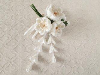 〈つまみ細工〉藤下がり付き梅三輪とベルベットリボンの髪飾り(白)の画像