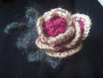 プチッと可愛い♪ウールの薔薇ブローチの画像