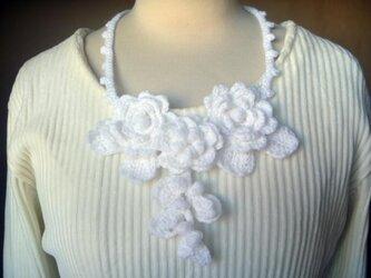 【sold】ふんわり♪お花のニットネックレス♪ホワイトの画像