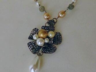 天然石とパールビーズのネックレスの画像
