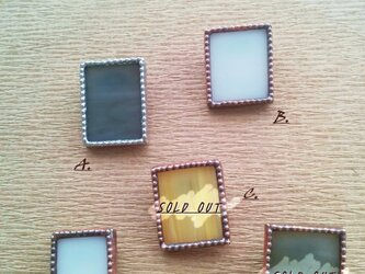 ステンドグラスの四角いブローチの画像
