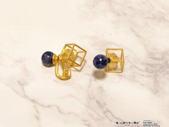 Cube catch pierce Gold× sodalite(片耳販売)の画像