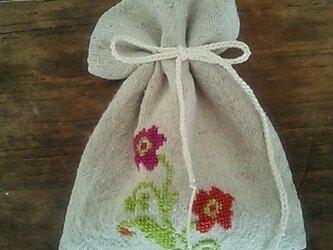 リネンのポプリサシェ(ジュエリーポーチ)・花柄・手刺繍・クロスステッチの画像