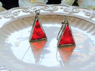 ステンドグラス トライアングルピアス~赤のドット~の画像