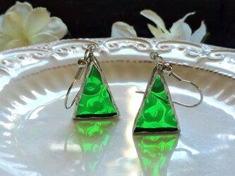 ステンドグラス トライアングルピアス~緑のドット~の画像