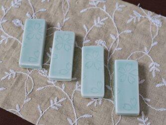 青白磁 箸置き 桜文の画像