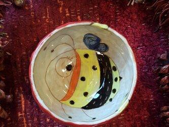 ハチが飛んでるフリーカップ 赤の画像