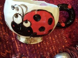 にぎやかマグカップ てんとう虫とちょうちょのレディの画像
