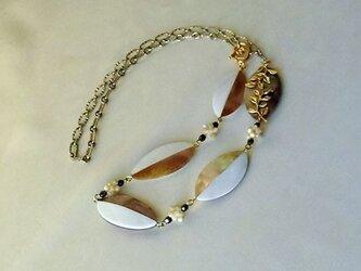 シェルビーズのネックレスの画像