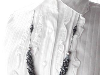 ブラック&シルバーのチューブなロングネックレスの画像