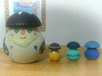森の精霊レーシイ&コキノコ3個組マトリョーシカ(こげ茶帽子)の画像