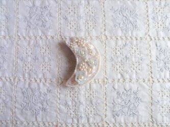 白いお月様のブローチAの画像