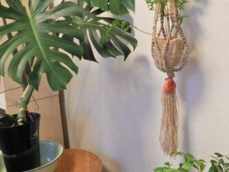 ビーズと赤い貝殻のプラントハンガーの画像