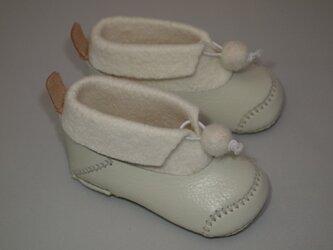 革と羊毛フェルトのベビー靴の画像