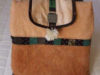 柿渋染めと緑がポイントの紬の蓋付きトートバックの画像