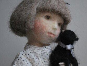 黒猫を抱くアリスの画像