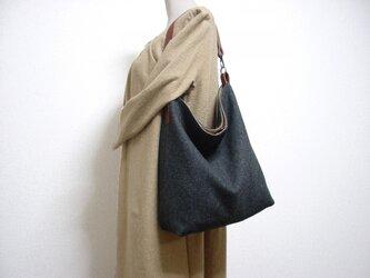 ウールのワンハンドルバッグ(濃いグレー×ブラウン革)の画像