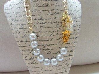 ビーズ刺繍と大粒パールのネックレスの画像