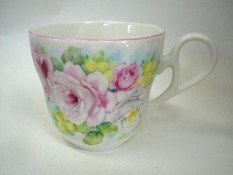 手描き薔薇とミモザのマグカップの画像