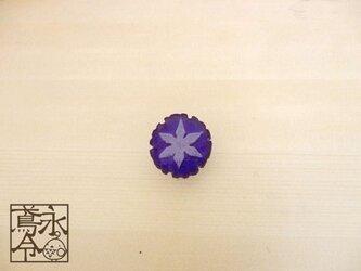 帯留 青色の雪輪に白色の雪の結晶の画像