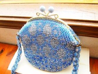 ビーズ編みバッグ-ブルーグレーの透かし模様入りがま口の画像
