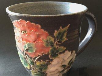 黒い器 紅白牡丹マグカップの画像