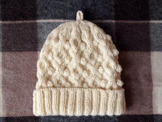 白いアラン模様のニット帽の画像