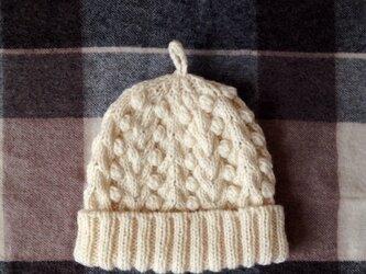 白い木の実のニット帽の画像