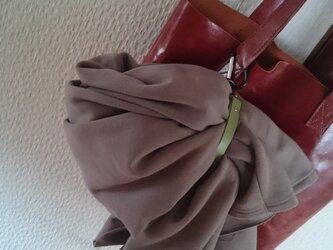 上着をカバンに固定する本革ベルト(カーキ色)の画像