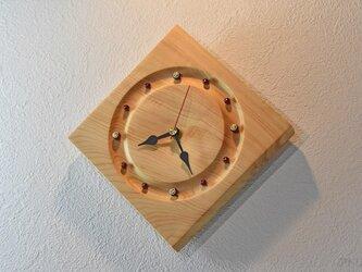木曽檜の美しい木目と赤と金の時刻目盛りから、和の太鼓を連想させる掛け時計【クオーツ時計】の画像