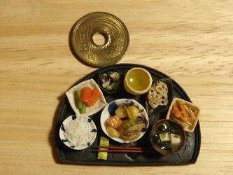 ★肉じゃが定食(半月盆・マット黒)の画像