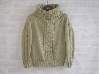 草色ウールのタートルネックニットの画像