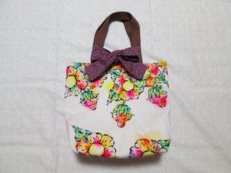 帆布のリボン付きトートバッグ(M)01『お花とイチゴ柄×紫小花柄』の画像