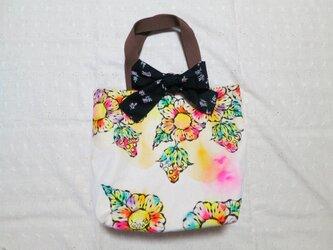 帆布のリボン付きトートバッグ(M)02『お花とイチゴ柄×黒地に小花柄』の画像