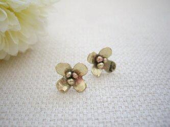 【再販】耳たぶにちょこんと乗る ゴールドの小さなお花のスタッドピアスの画像