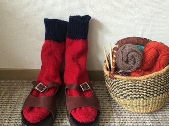 手編みの靴下  赤の画像