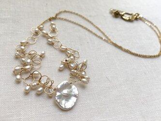 花びらケシパールと小粒パールのネックレスの画像