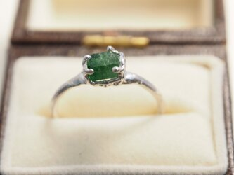 深い緑グリーンガーネット原石のリングの画像