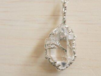 氷みたいなクォーツ原石のままネックレスの画像