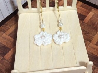 白いお花モチーフのパールピアスの画像