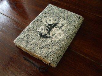 花刺繍(2色)の文庫本ブックカバー 生成りツィードの画像