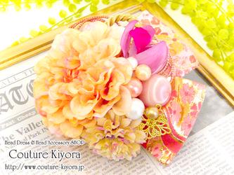 ピンクの金襴とダリアの髪飾りの画像