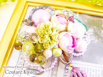 ラインストーンとピンクローズの髪飾りの画像