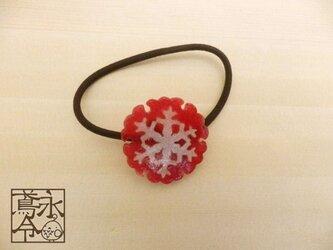 髪ゴム 大きな赤色の雪輪に白色の雪の結晶の画像