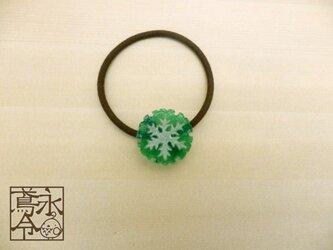 髪ゴム 緑色の雪輪にギザギザの白色の雪の結晶の画像