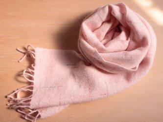 手織り アンゴラ混マフラー 薄いピンクにラインの画像